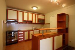 Кухня. Черногория, Святой Стефан : Люкс апартамент с 2-мя спальнями и видом на море (№4 APP 04 LUX SV)
