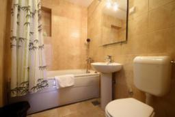 Ванная комната. Черногория, Святой Стефан : Люкс апартамент с 2-мя спальнями и видом на море (№4 APP 04 LUX SV)