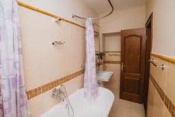 Ванная комната. Черногория, Тиват : Двухместный номер