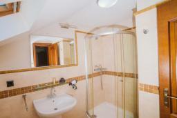 Ванная комната. Черногория, Тиват : Двухместный номер на мансарде