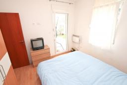Спальня. Черногория, Прчань : Апартамент с отдельной спальней, с террасой, 100 метров до моря