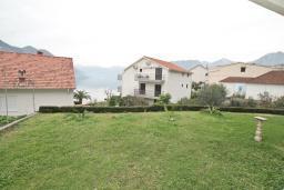 Вид на море. Черногория, Доброта : Апартамент с отдельной спальней, с террасой с видом на море, 100 метров до пляжа
