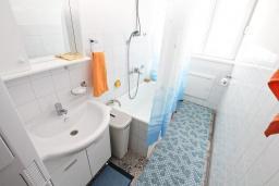 Ванная комната. Черногория, Котор : Апартамент для 4 человек, с 2-мя отдельными спальнями