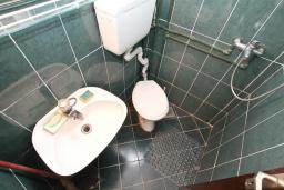 Ванная комната. Черногория, Котор : Студия с террасой с шикарным видом на море, 100 метров до пляжа