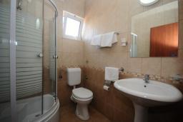 Ванная комната. Черногория, Будва : Двухместный номер (№24 DBL)