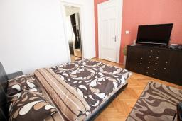 Спальня. Черногория, Бар : Уютная комната для 2-3 человек, с общим балконом с видом на море, возле пляжа