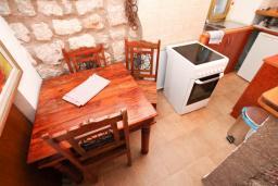 Кухня. Черногория, Пржно / Милочер : 2-х этажный домик в Пржно с гостиной, с 2-мя отдельными спальнями, с 2-мя ванными комнатами, с балконом с шикарным видом на море, возле пляжа, бесплатный Wi-Fi