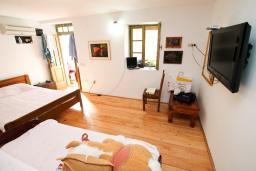 Спальня. Черногория, Пржно / Милочер : 2-х этажный домик в Пржно с гостиной, с 2-мя отдельными спальнями, с 2-мя ванными комнатами, с балконом с шикарным видом на море, возле пляжа, бесплатный Wi-Fi