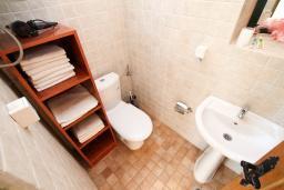 Ванная комната. Черногория, Пржно / Милочер : 2-х этажный домик в Пржно с гостиной, с 2-мя отдельными спальнями, с 2-мя ванными комнатами, с балконом с шикарным видом на море, возле пляжа, бесплатный Wi-Fi