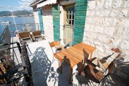 Балкон. Черногория, Пржно / Милочер : 2-х этажный домик в Пржно с гостиной, с 2-мя отдельными спальнями, с 2-мя ванными комнатами, с балконом с шикарным видом на море, возле пляжа, бесплатный Wi-Fi