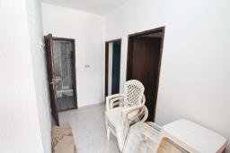 Коридор. Продается 2-х этажный дом в Зеленике. 230м2, с участком 400м2, 5 спален, большая терраса, 200 метров до моря. в Зеленике