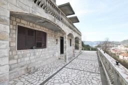 Территория. Продается 2-х этажный дом в Зеленике. 230м2, с участком 400м2, 5 спален, большая терраса, 200 метров до моря. в Зеленике
