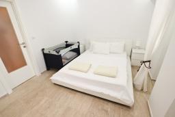 Спальня. Черногория, Петровац : Шикарный 3-х этажный дом в Петроваце с 5 отдельными спальнями,  с 3 ванными комнатами, с террасой и 2-мя балконами с видом на море, бесплатный Wi-Fi, возле пляжа