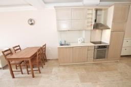 Кухня. Черногория, Петровац : Шикарный 3-х этажный дом в Петроваце с 5 отдельными спальнями,  с 3 ванными комнатами, с террасой и 2-мя балконами с видом на море, бесплатный Wi-Fi, возле пляжа