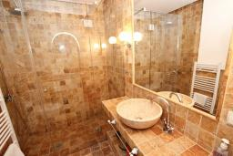 Ванная комната 2. Черногория, Петровац : Шикарный 3-х этажный дом в Петроваце с 5 отдельными спальнями,  с 3 ванными комнатами, с террасой и 2-мя балконами с видом на море, бесплатный Wi-Fi, возле пляжа