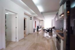 Гостиная. Черногория, Петровац : Шикарный 3-х этажный дом в Петроваце с 5 отдельными спальнями,  с 3 ванными комнатами, с террасой и 2-мя балконами с видом на море, бесплатный Wi-Fi, возле пляжа