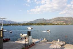 Вид на море. Черногория, Обала Джурашевича : Дом в Обала Джурашевича с гостиной, с 5 спальнями, с 4 ванными комнатами, с большой террасой с шикарным видом на море, с местом для барбекю, возле пляжа
