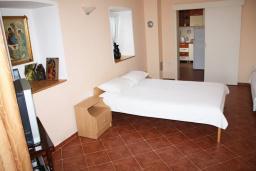 Спальня. Черногория, Обала Джурашевича : Дом в Обала Джурашевича с гостиной, с 5 спальнями, с 4 ванными комнатами, с большой террасой с шикарным видом на море, с местом для барбекю, возле пляжа