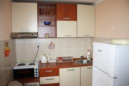 Кухня. Черногория, Обала Джурашевича : Дом в Обала Джурашевича с гостиной, с 5 спальнями, с 4 ванными комнатами, с большой террасой с шикарным видом на море, с местом для барбекю, возле пляжа