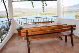 Терраса. Черногория, Обала Джурашевича : Дом в Обала Джурашевича с гостиной, с 5 спальнями, с 4 ванными комнатами, с большой террасой с шикарным видом на море, с местом для барбекю, возле пляжа