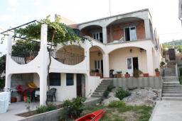 Фасад дома. Черногория, Обала Джурашевича : Дом в Обала Джурашевича с гостиной, с 5 спальнями, с 4 ванными комнатами, с большой террасой с шикарным видом на море, с местом для барбекю, возле пляжа