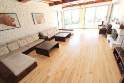 Гостиная. Черногория, Бечичи : Современная вилла-люкс в Бечичи с 5-ю отдельными спальнями, с большой гостиной, с 6-ю ванными комнатами и туалетом, с тренажерным залом, сауной, бассейном, барбекю, с гаражом с 4 парковочными местами, с собственным теннисным кортом, Wi-Fi