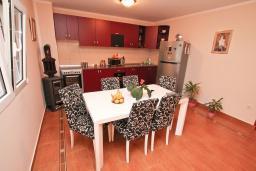 Гостиная. Продается квартира в Каваце. 72м2, гостиная, 2 спальни, 2 балкона, 2.5 км до моря, цена - 75'000 Евро. в Каваче