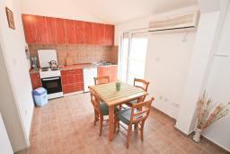 Кухня. Продается квартира в Прчань. 76м2, гостиная, 2 спальни, балкон с шикарным видом на море, 50 метров до моря, цена - 98'000 Евро. в Прчани