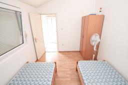 Спальня. Продается квартира в Прчань. 76м2, гостиная, 2 спальни, балкон с шикарным видом на море, 50 метров до моря, цена - 98'000 Евро. в Прчани