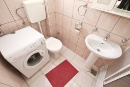 Ванная комната. Продается квартира в Прчань. 76м2, гостиная, 2 спальни, балкон с шикарным видом на море, 50 метров до моря, цена - 98'000 Евро. в Прчани