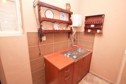 Кухня. Продается 2-х этажный дом 100м2, с участком 459м2, в Зеленике. Гостиная, 3 спальни, летняя кухня, гараж, большая терраса, 250 метров до моря, цена - 200'000 Евро. в Зеленике