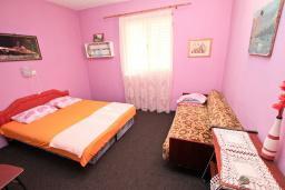 Спальня. Продается 2-х этажный дом 100м2, с участком 459м2, в Зеленике. Гостиная, 3 спальни, летняя кухня, гараж, большая терраса, 250 метров до моря, цена - 200'000 Евро. в Зеленике