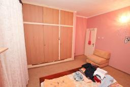 Спальня 2. Продается 2-х этажный дом 100м2, с участком 459м2, в Зеленике. Гостиная, 3 спальни, летняя кухня, гараж, большая терраса, 250 метров до моря, цена - 200'000 Евро. в Зеленике