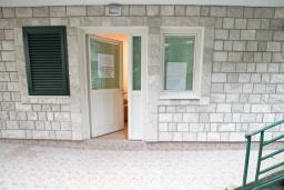 Вход. Продается коммерческое помещение в центре Герцег-Нови. 1 комната 18м2, туалет, 100 метров до моря, цена - 54'000 Евро. в Герцег Нови