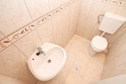 Ванная комната. Продается коммерческое помещение в центре Герцег-Нови. 3 комнаты 106м2, 2 туалета, 100 метров до моря, цена - 318'000 Евро. в Герцег Нови