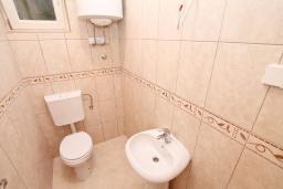 Ванная комната 2. Продается коммерческое помещение в центре Герцег-Нови. 3 комнаты 106м2, 2 туалета, 100 метров до моря, цена - 318'000 Евро. в Герцег Нови
