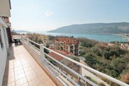 Вид на море. Черногория, Герцег-Нови : Апартамент для 5-7 человек, с большой гостиной, с 3-мя отдельными спальнями, с 2-мя ванными комнатами, с балконом с шикарным видом на море