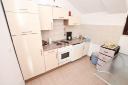Кухня. Черногория, Герцег-Нови : Апартамент для 5-7 человек, с большой гостиной, с 3-мя отдельными спальнями, с 2-мя ванными комнатами, с балконом с шикарным видом на море