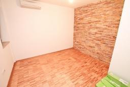 Спальня. Продается квартира в Герцег-Нови, Савина. 52м2, гостиная, 1 спальня, терраса с видом на море, 150 метров до пляжа, цена - 135'200 Евро. в Герцег Нови