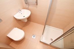 Ванная комната. Продается квартира в Герцег-Нови, Савина. 52м2, гостиная, 1 спальня, терраса с видом на море, 150 метров до пляжа, цена - 135'200 Евро. в Герцег Нови