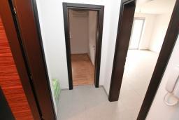 Коридор. Продается квартира в Герцег-Нови, Савина. 66м2, гостиная, 2 спальни, балкон с видом на море, 150 метров до пляжа, цена - 171'600 Евро. в Герцег Нови