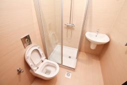 Ванная комната. Продается квартира в Герцег-Нови, Савина. 66м2, гостиная, 2 спальни, балкон с видом на море, 150 метров до пляжа, цена - 171'600 Евро. в Герцег Нови