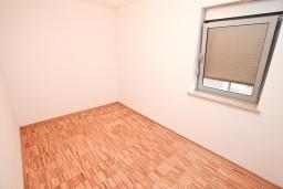 Спальня. Продается квартира в Герцег-Нови, Савина. 65м2, гостиная, 2 спальни, балкон, 150 метров до пляжа, цена - 143'000 Евро. в Герцег Нови