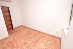 Спальня 2. Продается квартира в Герцег-Нови, Савина. 65м2, гостиная, 2 спальни, балкон, 150 метров до пляжа, цена - 143'000 Евро. в Герцег Нови