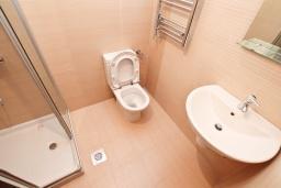 Ванная комната. Продается квартира в Герцег-Нови, Савина. 65м2, гостиная, 2 спальни, балкон, 150 метров до пляжа, цена - 143'000 Евро. в Герцег Нови