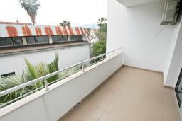 Балкон. Продается квартира в Герцег-Нови, Савина. 65м2, гостиная, 2 спальни, балкон, 150 метров до пляжа, цена - 143'000 Евро. в Герцег Нови
