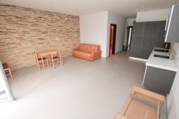 Гостиная. Продается квартира в Герцег-Нови, Савина. 52м2, гостиная, 1 спальня, балкон с видом на море, 150 метров до пляжа, цена - 130'000 Евро. в Герцег Нови