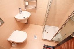 Ванная комната. Продается квартира в Герцег-Нови, Савина. 52м2, гостиная, 1 спальня, балкон с видом на море, 150 метров до пляжа, цена - 130'000 Евро. в Герцег Нови
