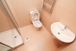 Ванная комната. Продается квартира в Герцег-Нови, Савина. 65м2, гостиная, 2 спальни, балкон с видом на море, 150 метров до пляжа, цена - 156'000 Евро. в Герцег Нови