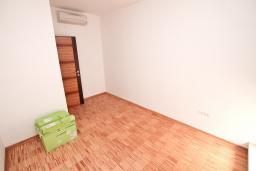 Спальня. Продается квартира в Герцег-Нови, Савина. 65м2, гостиная, 2 спальни, балкон с видом на море, 150 метров до пляжа, цена - 156'000 Евро. в Герцег Нови